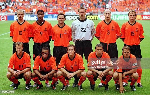 EURO 2000 Amsterdam FRANKREICH NIEDERLANDE 23 hintere Reihe vlnr Dennis BERGKAMP Patrick KLUIVERT Marc OVERMARS TORWART Sander WESTERVELD Jaap STAM...