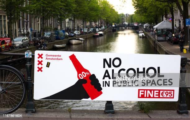 """amsterdam, holanda: signo """"sin alcohol"""" en el barrio rojo - barrio rojo fotografías e imágenes de stock"""