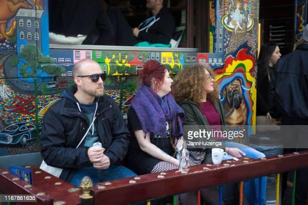 amsterdam, holanda: turistas en el bar outside en el barrio rojo - barrio rojo fotografías e imágenes de stock