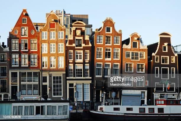 Amsterdam scheve en kromme huizen bij zonsopgang.