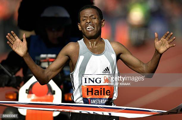 Ethiopian Haile Gebreselassie crosses the finish line to carry off the Amsterdam marathonin a time of 2 hours 6 mins 20 secs here 16 October 2005 AFP...