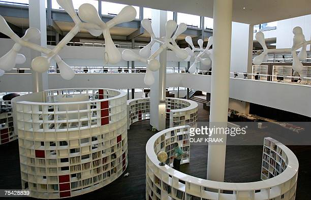 Amsterdam, NETHERLANDS: TO GO WITH AFP PHOTO BY GERALD DE HEMPTINNE Picture shows the interior of the OBA library in Amsterdam, 03 July 2007. AFP...