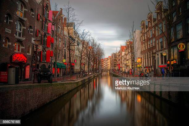 amsterdam red light district canal reflections - red light district stock-fotos und bilder