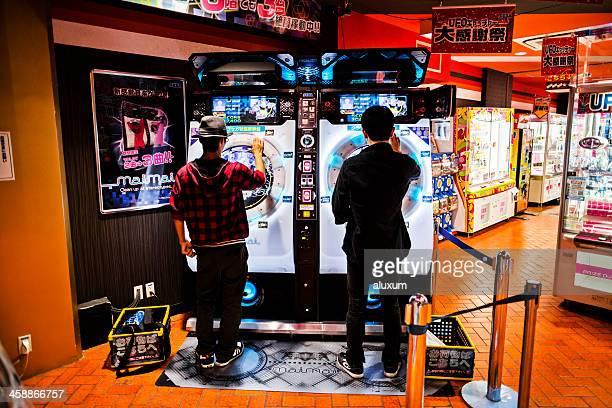 Sala de máquinas recreativas en Akihabara de Tokio, Japón