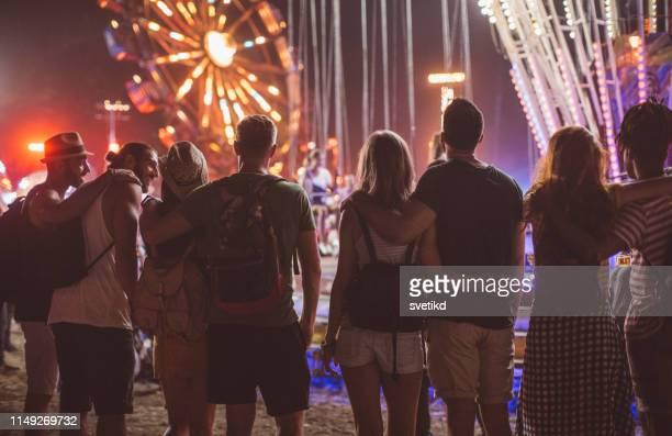 grupo do parque de diversões - grupo médio de pessoas - fotografias e filmes do acervo