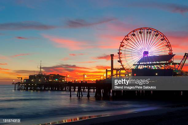 amusement park on waterfront at night - santa monica stock-fotos und bilder
