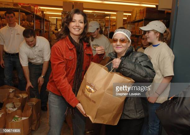 Amy Grant helps feed the hungry in New York City