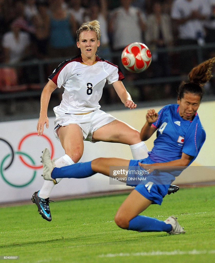 Amy Rodriguez of the US (L) fights for the ball with Azusa Iwashimizu of Japan during their Beijing 2008 Olympic Games women's soccer semi-final match in Beijing on August 18, 2008 . The US won 4-2. AFP PHOTO/HOANG DINH Nam