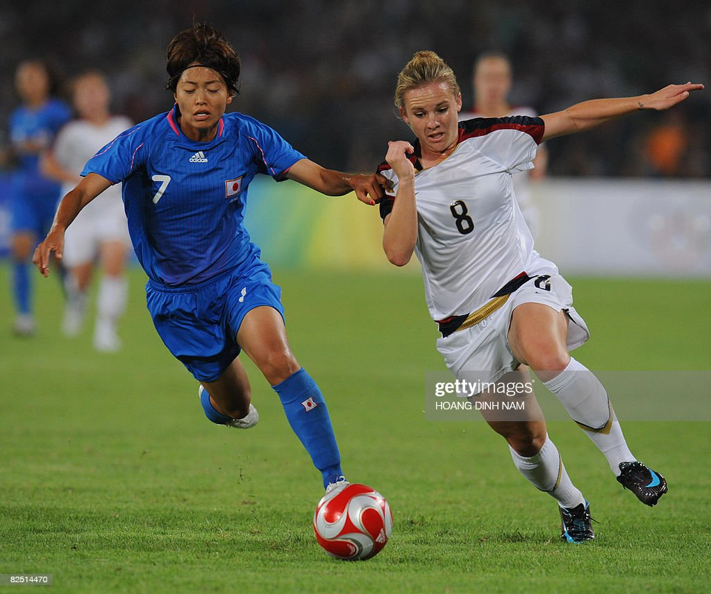 Amy Rodriquez of the US (R) and Kozue Ando of Japan vie for the ball during the Beijing 2008 Olympic Games women's soccer semi-final round in Beijing on August 18, 2008 . AFP PHOTO/HOANG DINH Nam