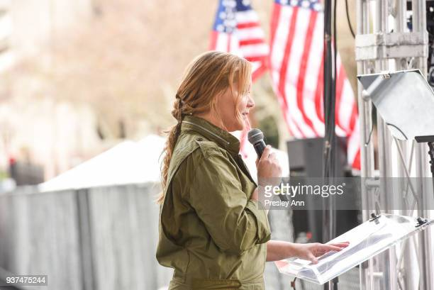 Amy Schumer attends March For Our Lives Los Angeles on March 24 2018 in Los Angeles California