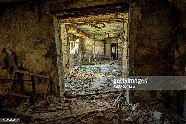 an abandoned building in the deserted city of pripyat, near the chernobyl nuclear power plant - acidente nuclear de chernobil - fotografias e filmes do acervo