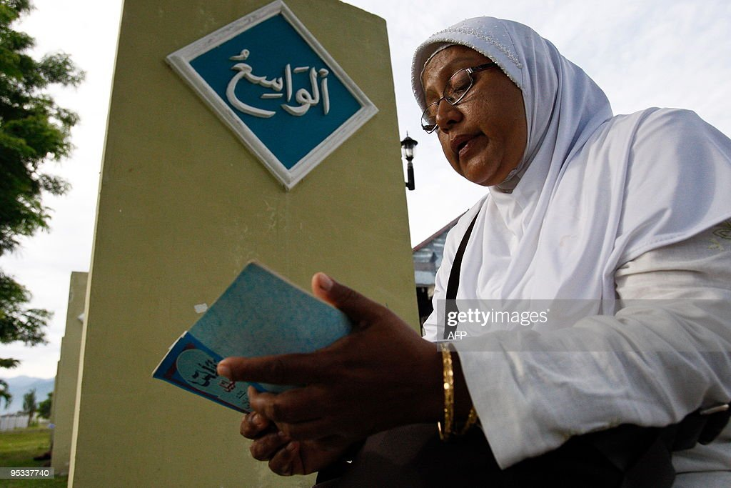 An Acehnese woman read a copy of the Kor : News Photo