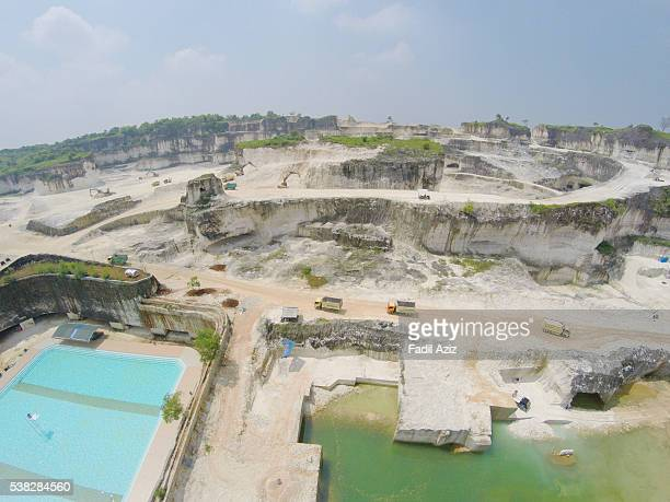 """an active limestone quarry and a swimming pool, aerial view""""n - トラバーチン ストックフォトと画像"""