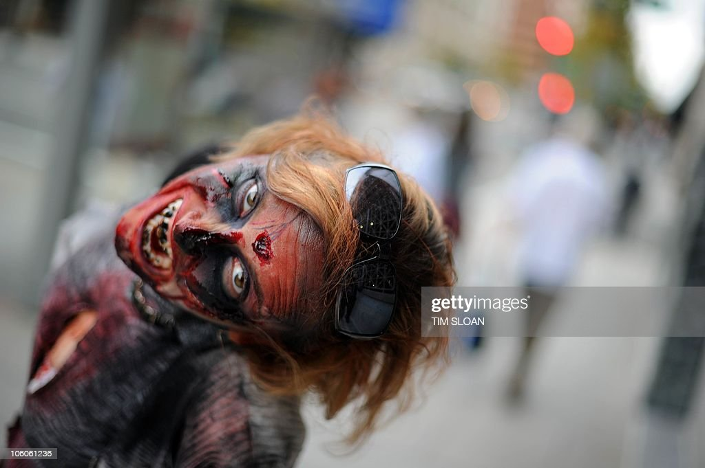 An actress portraying a zombie poses for : News Photo