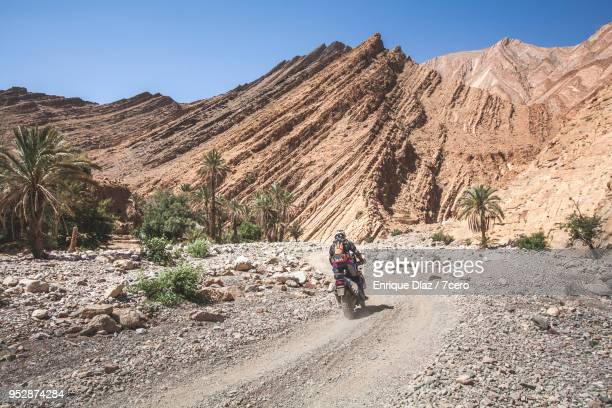 an adventure motorbikes in the gorges of aguinane, morocco - 峡谷 ストックフォトと画像