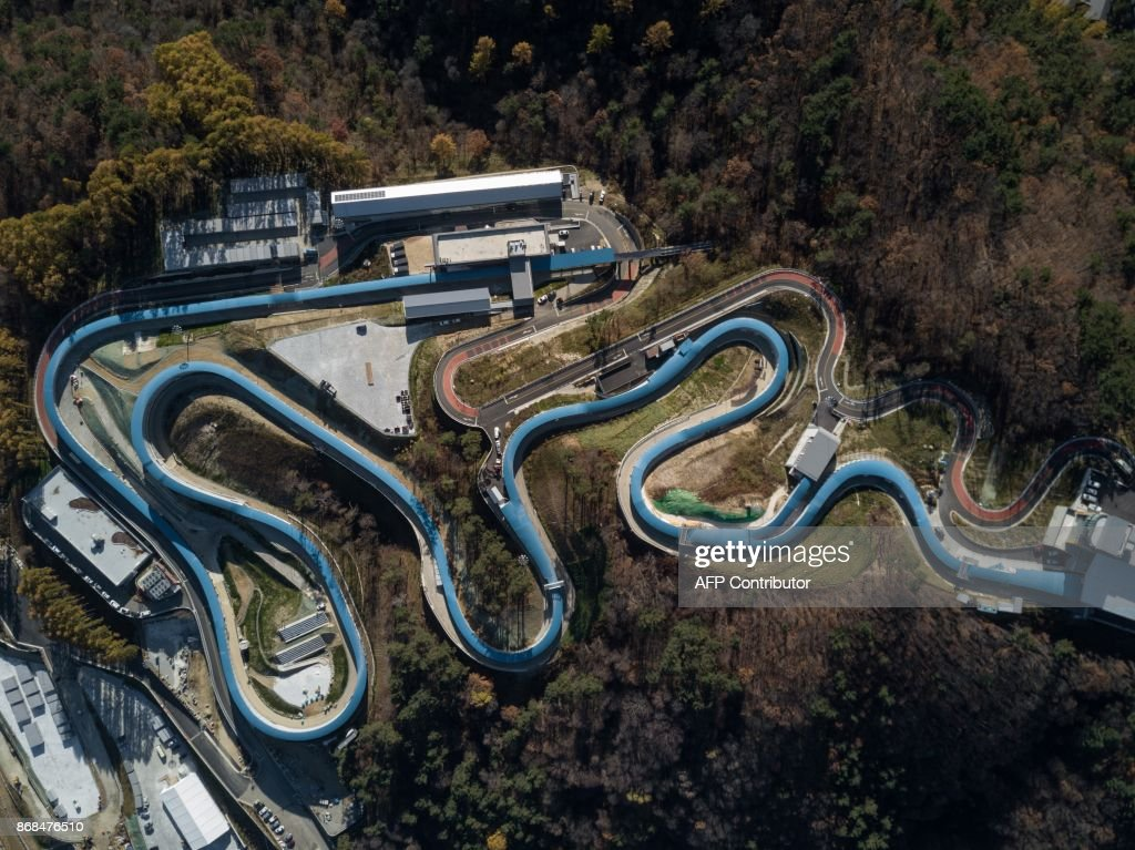TOPSHOT - An aerial photo shows a general view of the bobsleigh and luge venues of the Pyeongchang 2018 Winter Olympic games in Pyeongchang on October 31, 2017. / AFP PHOTO / Ed JONES