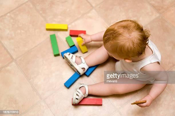 Bébé avec des blocs