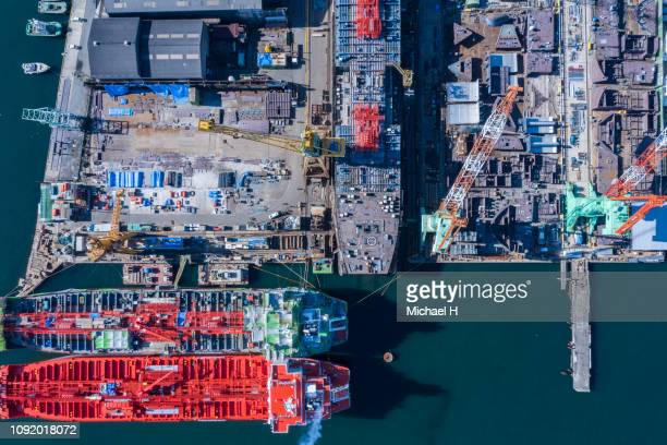 an aerial photograph of a large ship under construction at the port. - cantiere navale foto e immagini stock