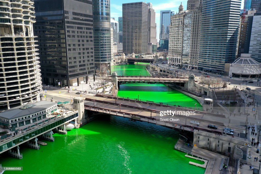 In A Surprise Move, Chicago River Dyed Green Ahead Of St Patrick's Day : Foto di attualità