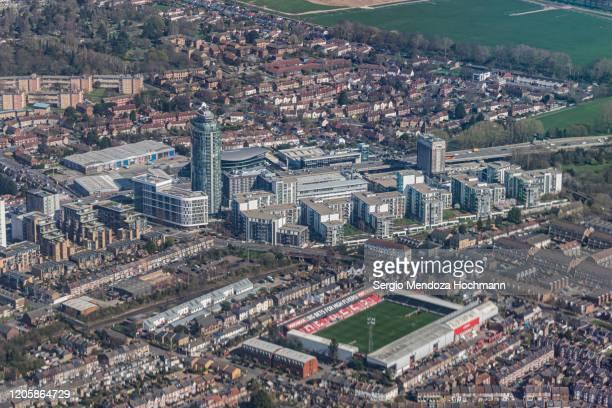 an aerial view of london, england's brentford football club stadium - club football stockfoto's en -beelden
