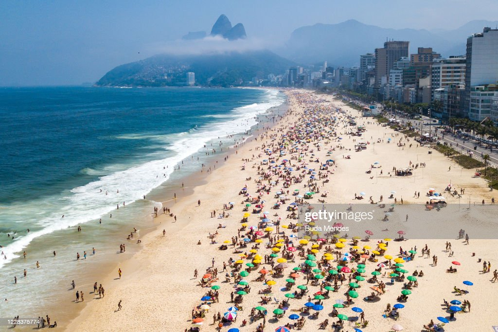 A Sunny Sunday at the Beaches in Rio de Janeiro Amidst High Numbers of Infected People by the Coronavirus (COVID - 19) : ニュース写真