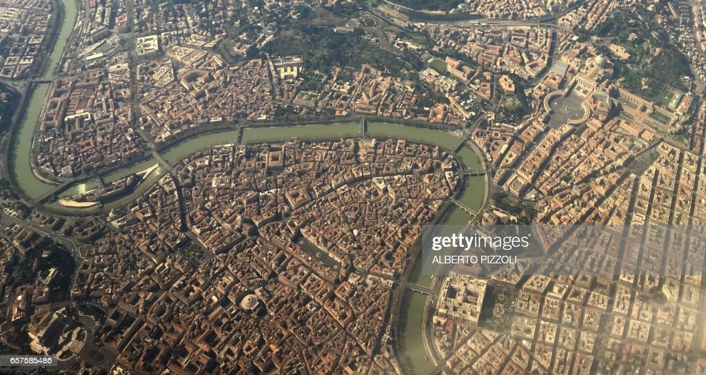 An aerial view taken with a mobile phone shows the city of Rome, on March 25, 2017. Italian capital hosts a special summit of European leaders today to mark the 60th anniversary of the bloc's founding treaties. / AFP PHOTO / Alberto PIZZOLI