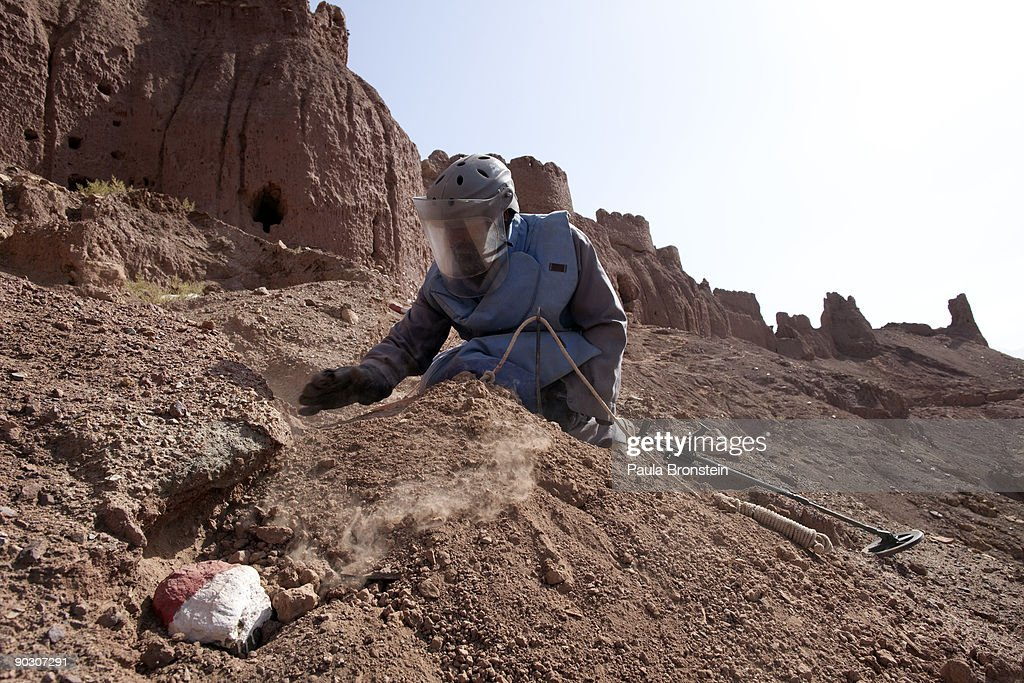 Experts Clear Mines From Afghan Archaeological Sites : ニュース写真