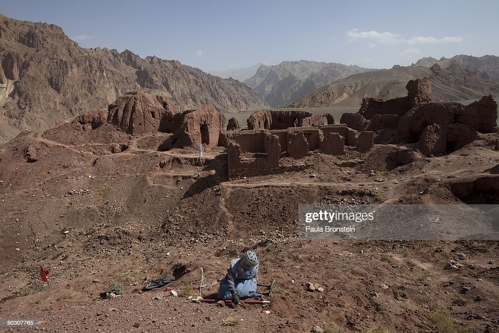 AFG: Experts Clear Mines From Afghan Archaeological sites : ニュース写真