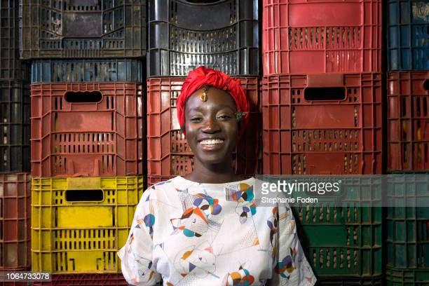 an afro-brazilian woman visits the são joaquim market in salvador. - showus - fotografias e filmes do acervo