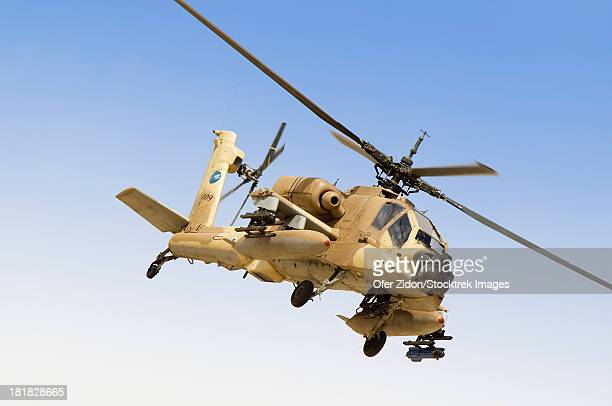 an ah-64a peten attack helicopter of the israeli air force on its way for a training sortie over ramon air force base, israel. - apache helicopter stock pictures, royalty-free photos & images