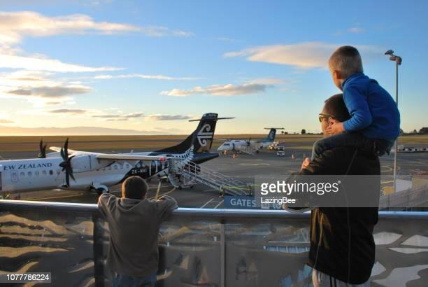 homem e meninos olhando ar nova zelândia avião, nelson, nova zelândia - 11 de julho de 2018. um avião de nova zelândia do ar no aeroporto doméstico de nelson, nelson, nova zelândia. - visão geral - fotografias e filmes do acervo