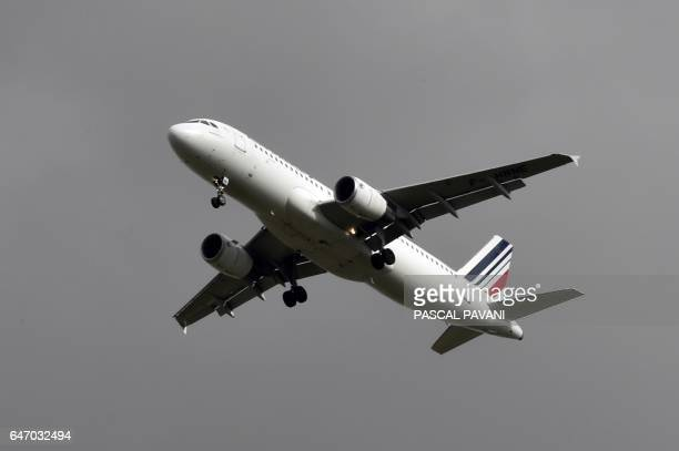 An Airbus A320 from French company Air France flies during his approach to ToulouseBlagnac airport on March 2 2017 in Blagnac / AFP PHOTO / PASCAL...