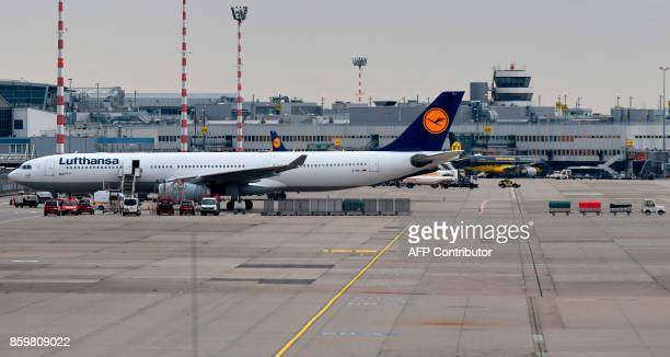 An Airbus operated by German airline Lufthansa parks at the airport on October 10 2017 in Duesseldorf western Germany / AFP PHOTO / PATRIK STOLLARZ