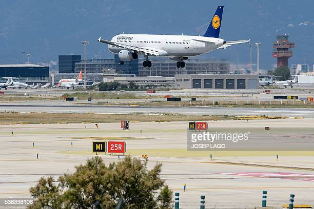 An airplane of the German airline Lufthansa lands at Barcelona's airport in El Prat de Llobregat on June 6 2016 / AFP / JOSEP LAGO