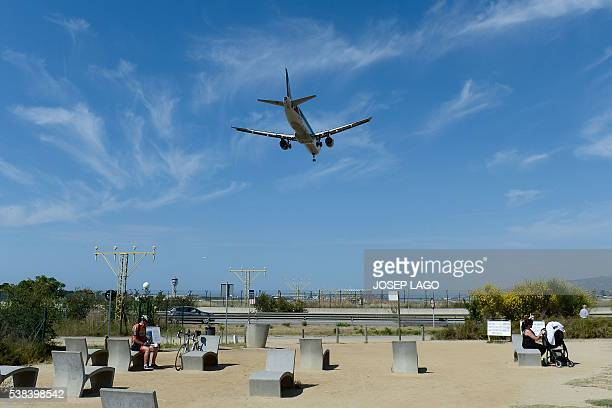 An airplane of the US airline American Airlines prepares to land at Barcelona's airport in El Prat de Llobregat on June 6 2016 / AFP / JOSEP LAGO