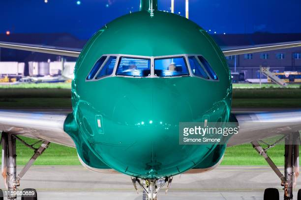 an airplane ready to take off at night - airbus a320 stock pictures, royalty-free photos & images