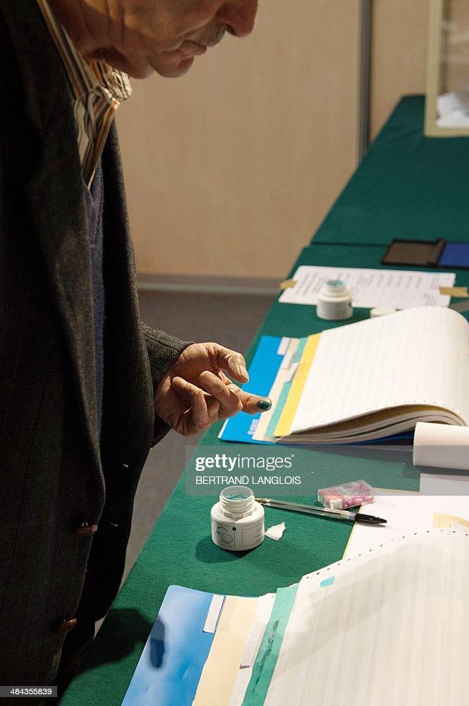 FRANCE-ALGERIA-VOTE : News Photo