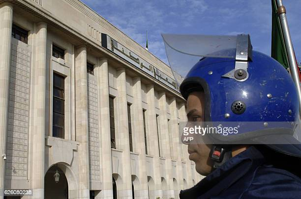 An Algerian policeman stands guard outside the People's National Assembly bulding in the capital Algiers on November 27 2016 / AFP / RYAD KRAMDI