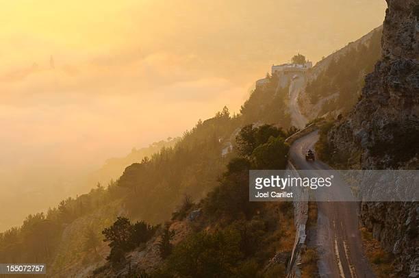 alle gelände fahrzeug auf mountain highway, nahe bcharre, libanon - libanon stock-fotos und bilder