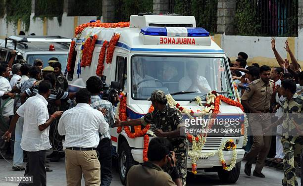 An ambulance transporting the body of Sathya Sai Baba srrive at the ashram as onlookers and journalists gather at Puttaparthi village some around 200...