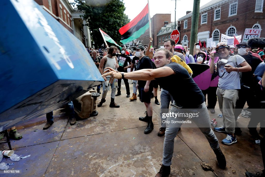 "Violent Clashes Erupt at ""Unite The Right"" Rally In Charlottesville : Nyhetsfoto"