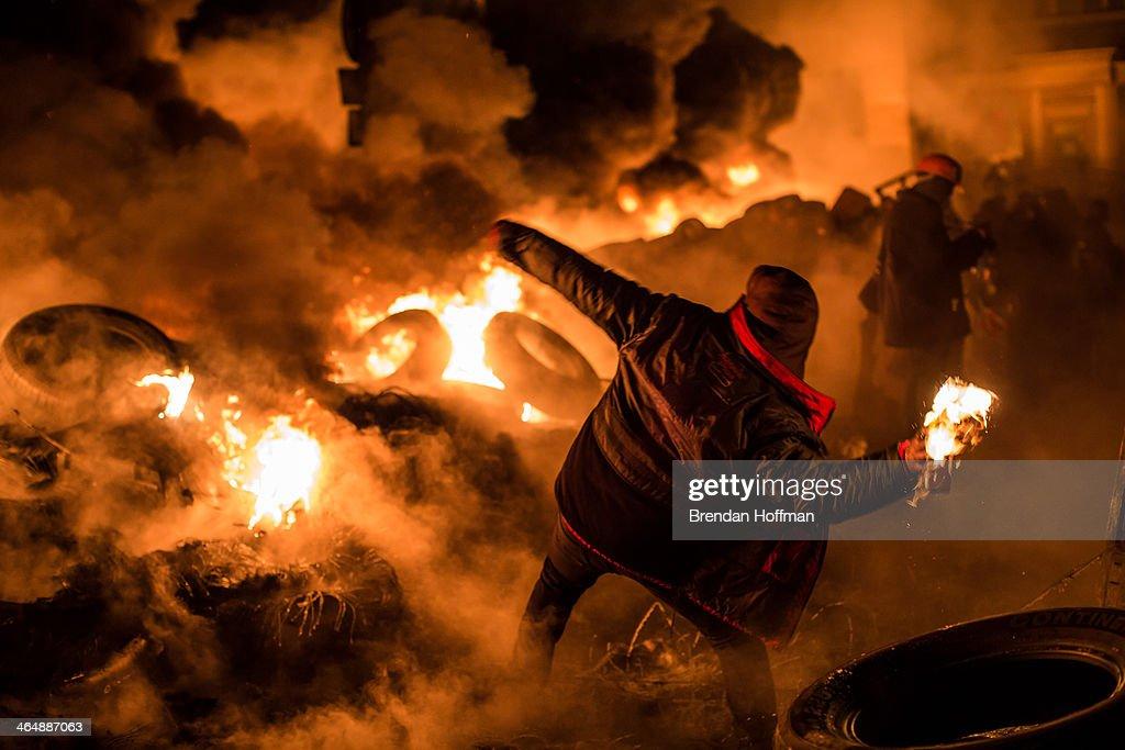 Protests Continue In Kiev As The Opposition Calls For A Snap Election : Fotografía de noticias