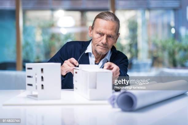 architekt untersucht sein modell - repicturing homeless stock-fotos und bilder