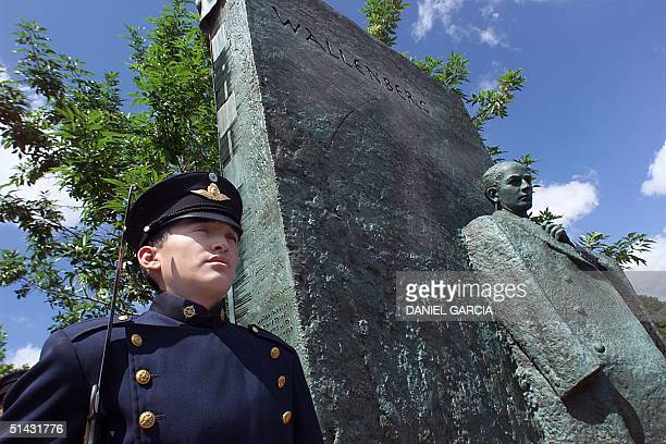 An Argentine policeman stands guard 17 November by a monument dedicated to Swedish diplomat Raoul Wallenberg in downtown Buenos Aires soon after it...