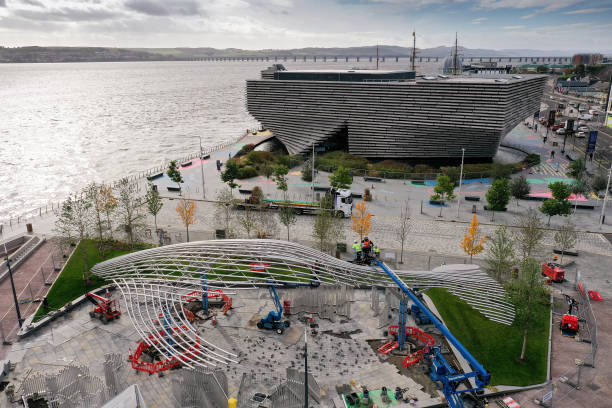 GBR: 22-Tonne Whale Sculpture Arrives In Dundee By Barge
