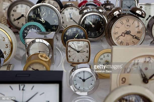 an array of clocks - viele gegenstände stock-fotos und bilder
