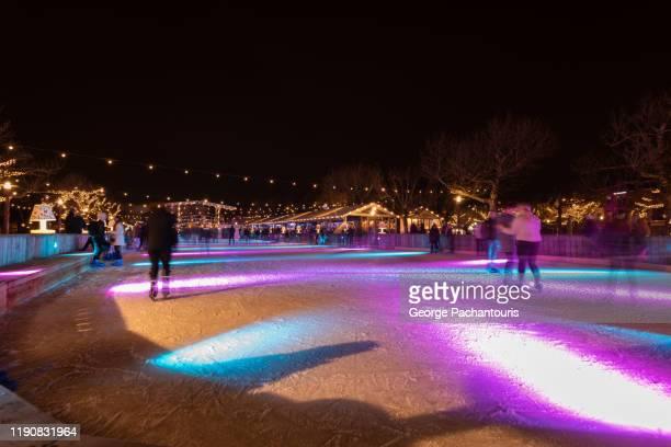 an artificial ice rink at night with lights - événement sportif d'hiver photos et images de collection