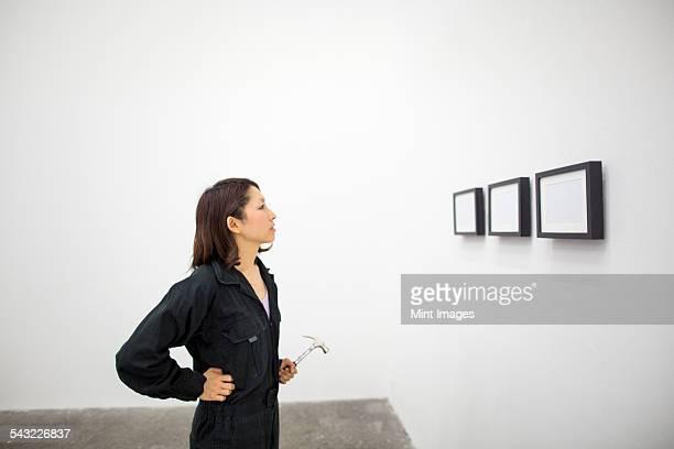 an artist at work in a studio. - kunst, kultur und unterhaltung stock-fotos und bilder