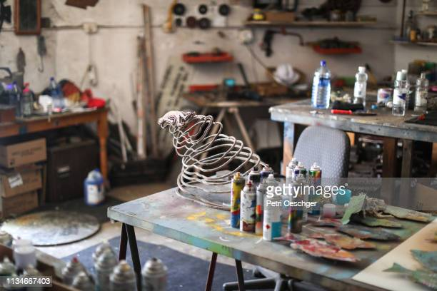 ein workshop für künstler. - künstleratelier stock-fotos und bilder