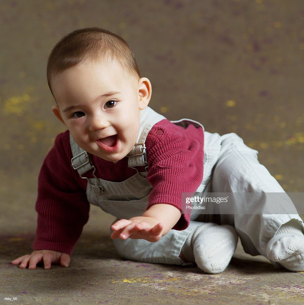 an asian baby begins to crawl : Stockfoto